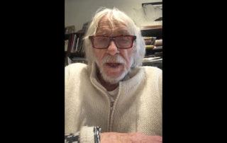 Pierre Richard lit la lettre d'invitation d'une fan